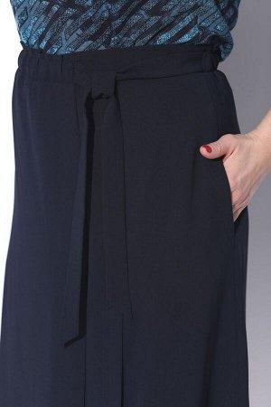 Юбка миди Вискоза 51%, полиэстер 45%, спандекс 4% Рост: 164 см. Юбка на подкладке, по переду имитация запаха и декоративная складка. В боковых швах карманы. Верх юбки обработан поясом с резинкой. На л