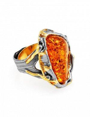 Эффектное кольцо из коньячного янтаря в серебре с позолотой «Версаль», 910001092