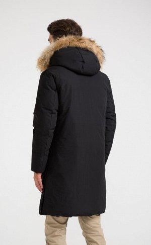 Куртка Новинка от Fine Joyce - удлиненная куртка с высоким воротником и регулируемым несъемным капюшоном, отороченным натуральным мехом. Спереди застегивается на сплошную молнию под планкой на кнопках