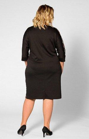 Платье Повседневное женское платье свободного силуэта. Комбинация двух видов трикотажа: однотонного гладкого и фактурного в клетку. Рукав три четверти, горловина круглая. Платье комфортное, приятное к