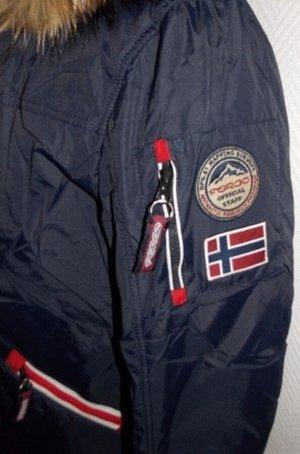 Пуховик Пуховик от  Fergo Norge  выполнен из прочной непродуваемой ткани с водоотталкивающей пропиткой. Модель полуприталенного кроя с толстым слоем натурального утеплителя из пуха 80% и пера 20% допо