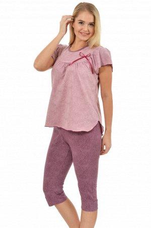 Пижама Состав: Кулирка, хлопок 100%;   Пижама состоит из кофточки и бридж.Кофточка свободного кроя на кокетке и сборке по спинке и переду,рукава небольшие крылышки.Бриджи на манженке о низу изделия.