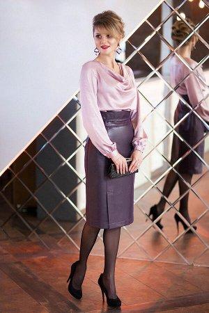 Юбка миди Полиэстер-100% Рост: 164 см. Юбка - «карандаш» модного цвета « баклажан», Ткань с вплетенной люрексной нитью, придающий блеск «кожи Лаке». По переду юбки выполнены рельефы, декорированные фу