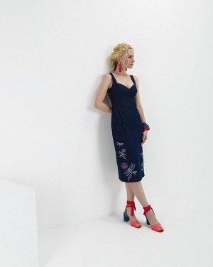 Платье Джинсовое платье-футляр с корсетным лифом из джинсовой ткани стрейч. По низу переда — вышивка в виде цветов и стрекоз. Застежка по среднему шву спинки на металлическую молнию.  Длина изделия 11