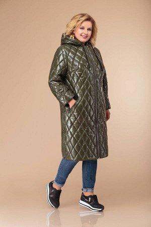 Пальто Пальто женское прямого силуэта с длинным втачным рукавом. Застежка на молнию. По переду прорезные карманы на молнии. В боковых швах разрезы на молнии. По горловине капюшон на кулиске.  Длина по