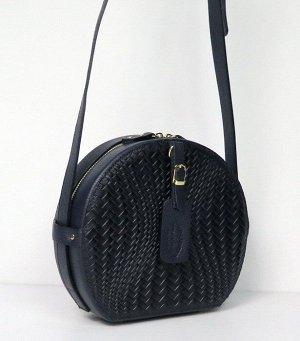 Темно-синяя кожаная сумка.