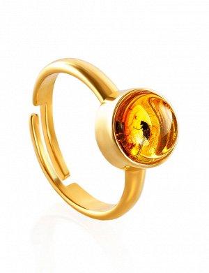 Стильное кольцо из позолоченного серебра и янтаря с инклюзом «Клио», 910007219