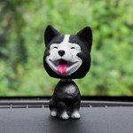 Собака на панель авто, качающая головой, хаски, черный