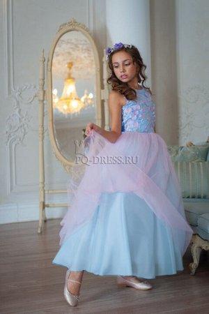 Платье Нарядное платье в пол, с пышным многослойным подъюбником, дополнительно кринолинне нужен. Верх платья украшен сеткой с объемной аппликацией. Сзади платье застегивается на молнию и завязываетс