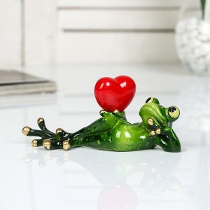 "Сувенир полистоун лак ""Лягушонок лежит с сердцем в руке"" 6х5х15 см"