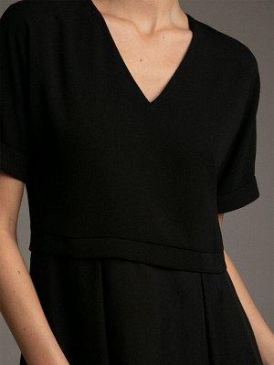 Платье Размерный ряд: 42-54 Состав ткани: 55% вискоза;45% полиэстер Длина: 109 см. Описание модели Нарядный черный. За счет сочетания двух фактур - плотный верх и воздушный низ, это платье можно смел