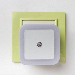"""Ночник пластик LED реагирует на темноту """"Квадрат""""  6.5х6.5х5 см"""