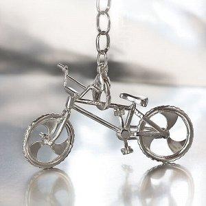 Брелок BMX Вес: 11.10 г Металл: Серебро 925 Покрытие: Без покрытия Вставки: 0 шт. Без вставок Габаритные размеры подвеса: высота - 34 мм; длина - 50 мм; ширина ушка (внутренняя)- 5 мм. Колеса и руль к