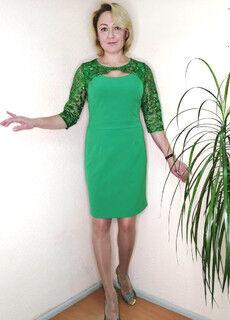 Платье Марчиано, Гипюр Нарядное платье отрезное по талии спереди, спинка цельнокройная с длинной потайной застежкой-молнией. Шлица. Длина изделия по спинке в 48 размере 98 см. вискоза 65%, лайкра 5%,