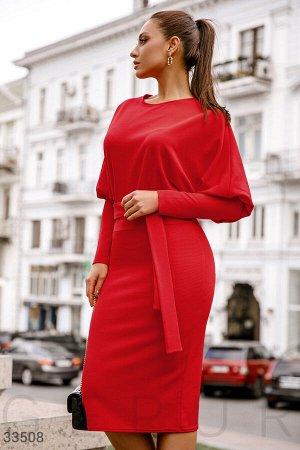 Алое приталенное платье
