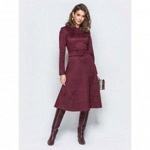 Платье Закрытое платье-миди из искусственного замша. Модель отрезная по талии с расклешенной юбкой.