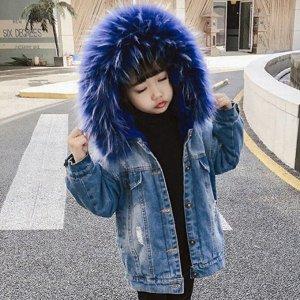 Парки Джинсовая  парка прекрасно впишется в  гардероб вашего ребёнка. Эта современная  вещь будет уместна в сочетании с любым стилем одежды. Синяя  опушка, внутри искусственный  мех кролика синего цве