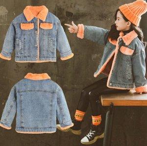 Парки Джинсовая  парка прекрасно впишется в  гардероб вашего ребёнка. Эта современная  вещь будет уместна в сочетании с любым стилем одежды.  Утеплитель - искусственный мех кролика.