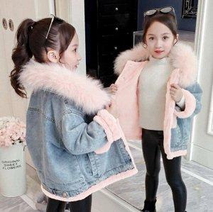Парки Джинсовая  парка прекрасно впишется в  гардероб вашего ребёнка. Эта современная  вещь будет уместна в сочетании с любым стилем одежды. Опушка натуральная. Утеплитель - искусственный  мех кролика