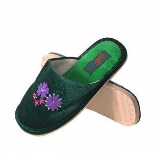Модель маломерит, смотрите описание. Размер 39. ??Домашние женские тапочки Sparkle с вышивкой и стразами цвета зеленый опал.