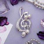 """Брошь """"Скрипичный ключ"""" с жемчужными нотками, цвет белый в серебре"""
