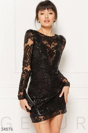 Мерцающее платье с глубоким декольте