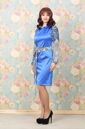 Платье Платье, полу прилегающего силуэта, выполнено из плотного сатина василькового цвета. Изящный вырез - лодочка, декорирован крупными защипами. Длинный рукав выполнен из шифона с принтом. Застежка-