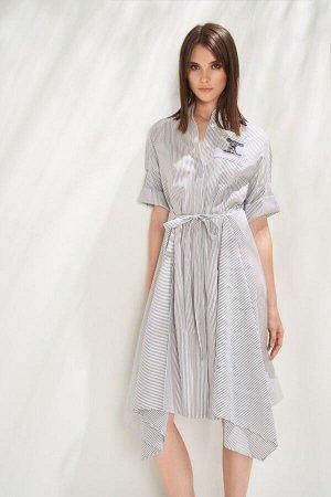 Платье Платье-рубашка в стиле city chic выполнено из натурального хлопкового полотна в тонкую полоску. Низ платья оформлен углами, а нижняя часть спинки, переходящая на перед образует фалды, что вноси