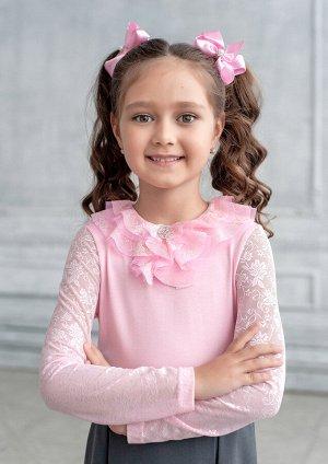 Хана Модель блузки для младшей возрастной группы. Блузка из трикотажного полотна с отделкой из гипюра и сетки. Застёжка на спине на воздушную петлю-пуговицу с разрезом. По горловине «каскад» воланов и