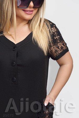 Черное платье с вырезом на пуговках