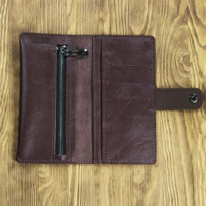 Клатч Клатч изготовлен  из высококачественного материала - натуральной телячьей кожи. Внутри клатча есть удобные карманы для купюр, пластиковых карт, визиток. Также имеется отдельный карман для монет