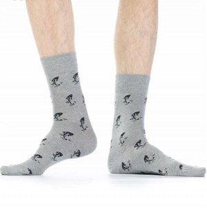 Носки Хлопковые мужские носки с комфортной широкой резинкой. Вся модель декорирована контрастным рисунком в виде выпрыгивающих из воды рыбок.  Состав: Хлопок 83%, Полиамид 15%, Эластан 2%
