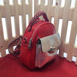 Модная сумка-рюкзак Weekend из дорогой мелкозернистой натуральной кожи красно-клубничного цвета.
