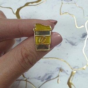 Брошь. Брошь-гвоздик в виде стакана с кофе, материал металл под золото.