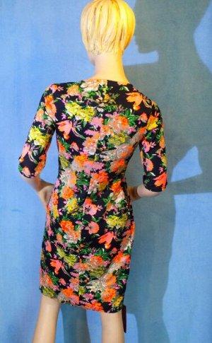 Платье Материал трикотаж. ОГ 88см, ОТ 78см, ОБ 96см. Имеет небольшой складской запах, при стирке уходит