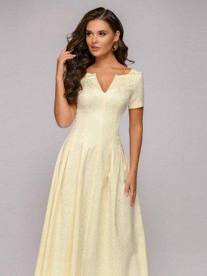 Платье ванильного цвета длины макси с вырезом на груди и короткими рукавами