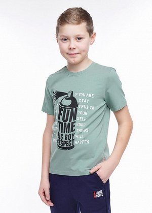 * Цвет: зелёный Описание:  футболка из  хлопка с эластаном. По переду тематичный  принт в стиле блока. В боковом шве жаккардовая нашивка 100 % хлопок.  Состав:  92% Хлопок 8% Эластан