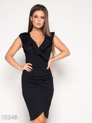 Черное платье-футляр с рюшами и запахом