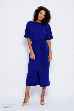Синее платье с пояском и с цельнокроенными рукавами, декорированными отворотами и разрезом спереди