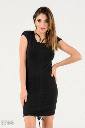 Черное летнее платье с нашивкой-пчелой и красивым декольте