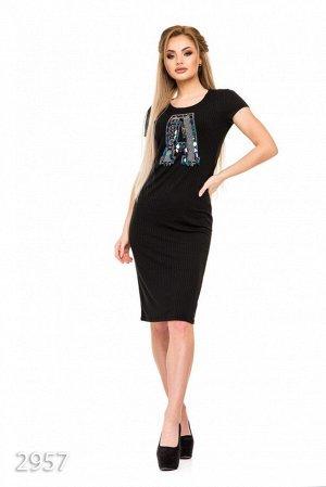 Черное платье в трикотажный рубчик с крупной аппликацией А и пайетками