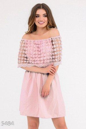 Розовое приталенное платье с широким отворотом вязаным крючком