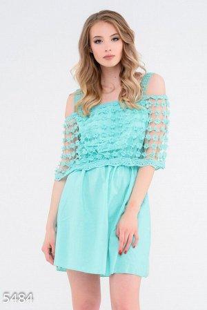 Салатовое приталенное платье с широким отворотом вязаным крючком