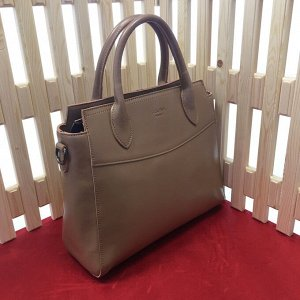 Трендовая сумка Socially формата А4 из натуральной кожи песочного цвета.