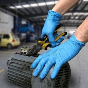 Перчатки Имея специфическую текстуру, одноразовые черные перчатки позволяют надежно удерживать инструменты и другие мелкие предметы. А еще, они значительно прочнее классических изделий голубого цвета.