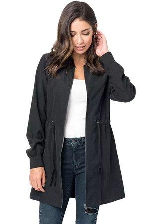 Черный тренч с карманами и шнурком в поясе