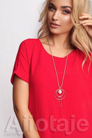 Платье красного цвета с кулоном