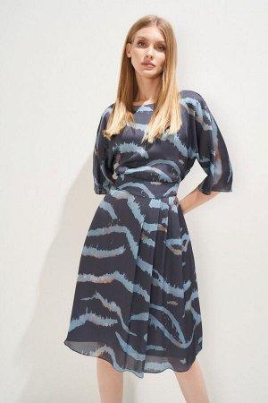 Платье Платье в стиле city chic выполнено из тонкого полотна с оригинальным принтом и эффектом «non iron» (не требующее утюжки). Модель свободного силуэта, с возможностью регулировать степень приталив