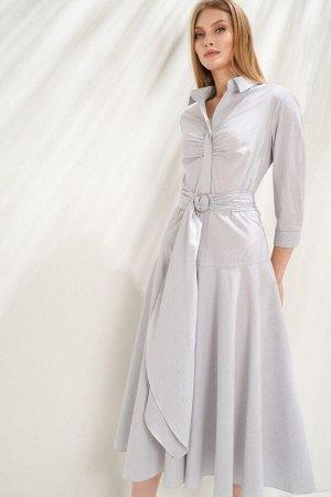 Платье Платье в стиле city chic выполнено из натурального хлопкового полотна в тонкую полоску. Модель приталенного силуэта, с лифом-рубашкой и расширенной юбкой на кокетке; отрезное по линии талии, с