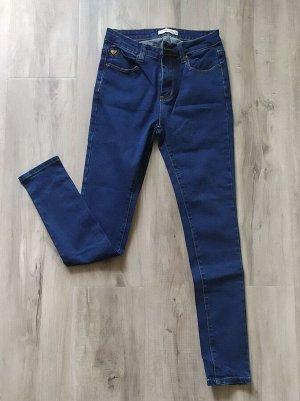 Женские джинсы из плотного стрейч-денима. Цвет темно-синий